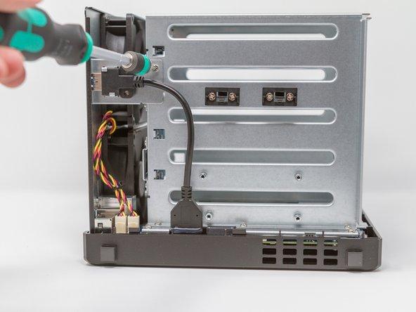 Retirer la vis de la plaque de maintien du connecteur USB 3.