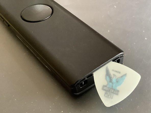 Dazu am unteren Ende des Gerätes mit dem Fingernagel / Plektrum oder Spudger die Rückseite lösen.