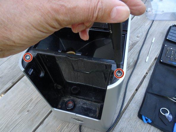 Die Seitenteile werden nach hinten herausgeschoben. Sie sind allerdings oben mit zwei Schrauben und einer Verriegelung, an den Seiten mit einer keilförmigen Raste gesichert.