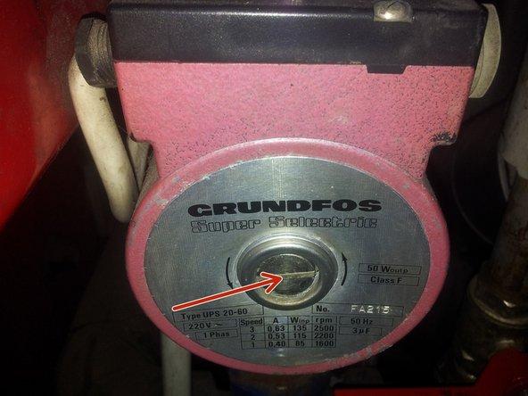 Öffne die große Entlüftungsschraube der Pumpe mit einem passenden, großen Schlitzschraubendreher. Notalls geht das auch mit einer Münze, falls du keinen ausreichend großen Schraubenzieher besitzt.