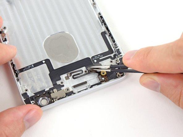 用镊子揭开电源键和静音开关线缆接头上部的胶。