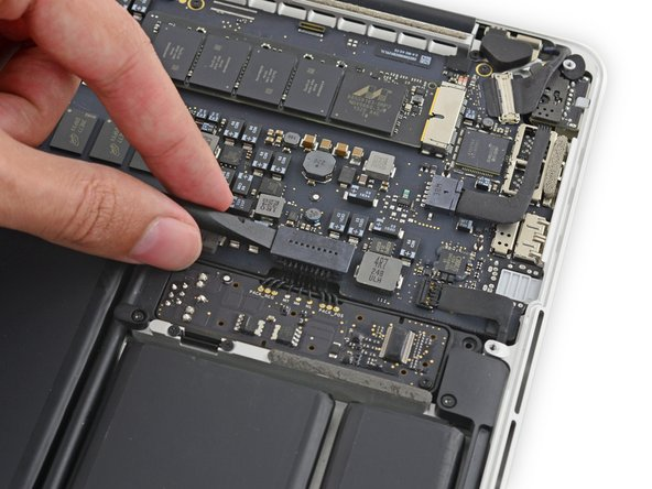 Spudger/스퍼저의 평평한 끝을 사용하여 로직 보드 소켓에서 배터리 커넥터를 똑바로 들어 올리세요.