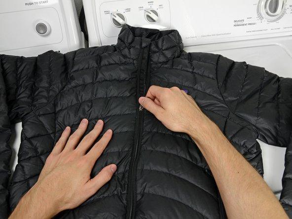 Estira tu chaqueta y cierra todas las cremalleras.
