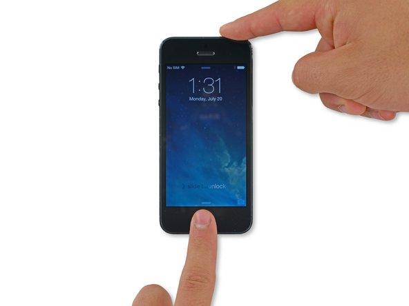 Sortez votre iPhone du liquide le  plus vite possible en veillant à ne pas vous mettre en danger. Minimisez le temps où votre iPhone et le liquide sont en contact pour limiter la corrosion.