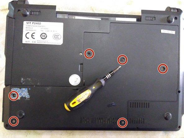 Remueve los 6 tornillos phillips 00 que sostienen el panel de servicio