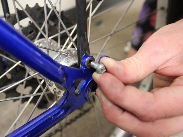 Place a screw to attach the rear rack to the frame of the tire.