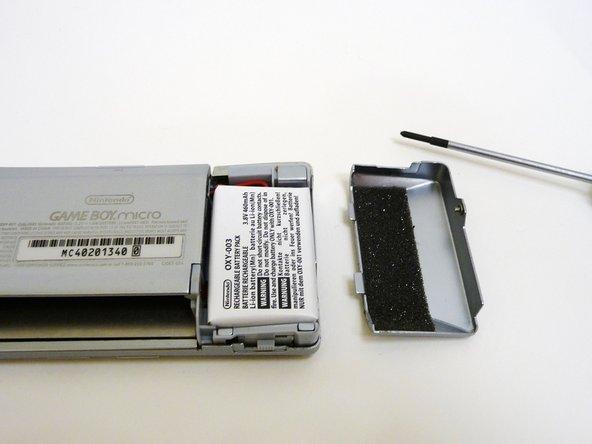 Der Akku ist mit einem Kabel und einem Plastikstecker verbunden.