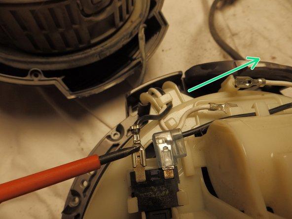Zum Trennen der Kabeltrommel und des HEPA Filters, halte den HEPA Filter vorsichtig fest und drehe die Kabeltrommel um ca. 90° im Uhrzeigersinn. Dann lassen sich beide Teile trennen