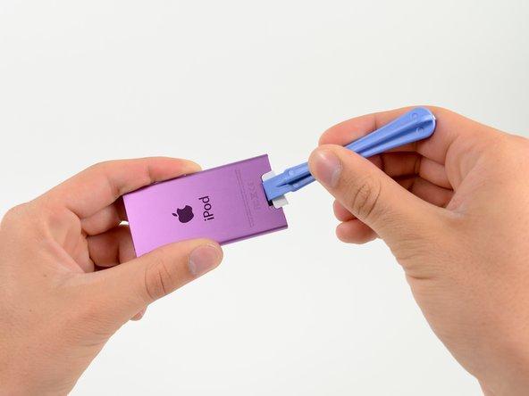 Utilisez un outil d'ouverture en plastique pour retirer de l'appareil le cache en plastique arrière jusqu'à ce qu'il y ait suffisamment d'espace pour y insérer un spudger.