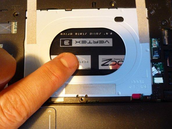 Jetzt einfach die Festplatte rausdrücken indem man mit dem Finger durch die Öffnung die Festplatte nach unten drückt.