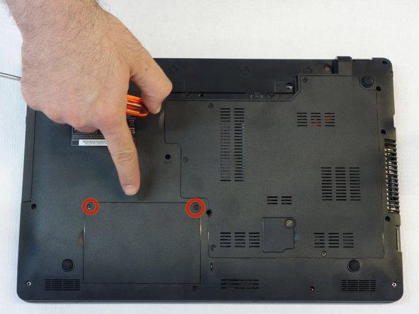 Avec le tournevis Phillips #1, démonter le cache du disque dur.