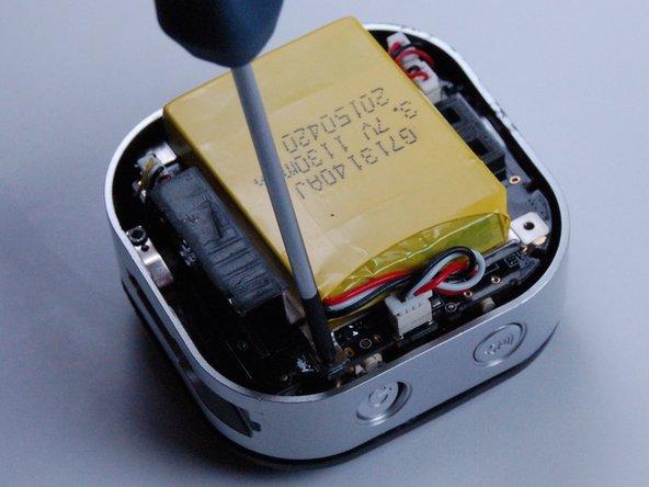 Dévissez les vis Phillips n ° 1 de 1,2 mm aux quatre coins de l'appareil.