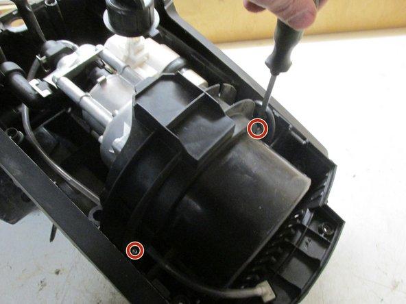 Schrauben vom Motorhalterflansch abschrauben und Flansch entnehmen, Danach die Zugentlastung des Kabels aus der Halterungen seitlich rausdrücken, so dass der Motor nun frei entnehmbar ist