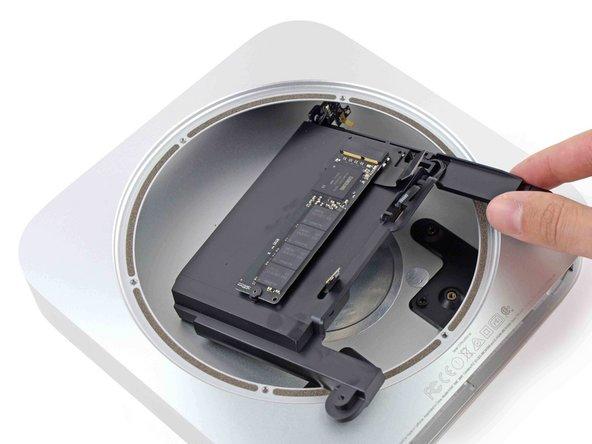 Mac mini Late 2014のドライブトレイアセンブリの交換