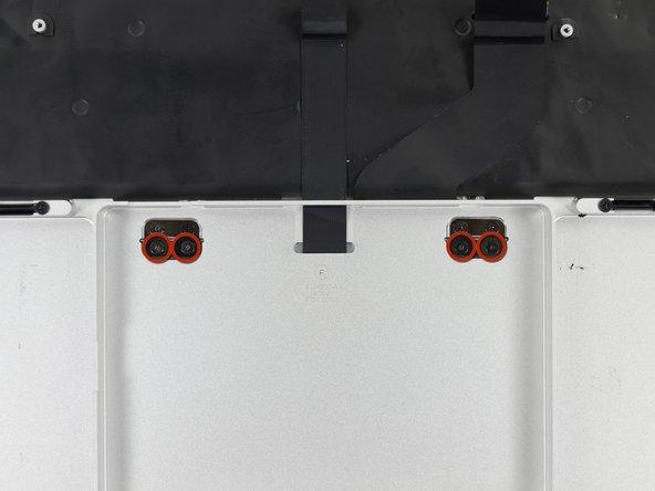 Entferne folgende Schrauben, welche das Trackpad am oberen Gehäuse befestigen: