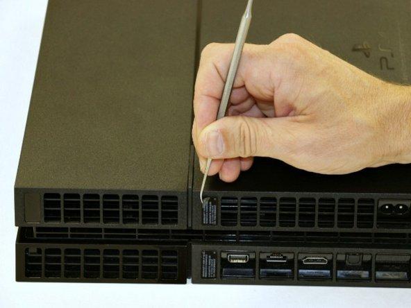 使用牙医挑棒或其他什么类似的东西,揭开底盖的三个封签。