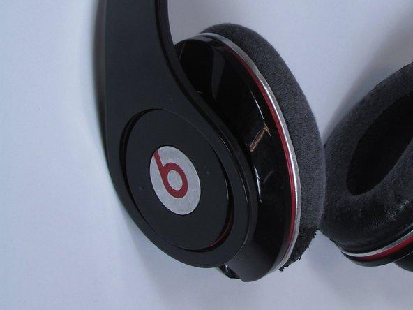 耳机的左听筒是安装电池的地方,而且没有电源开关。
