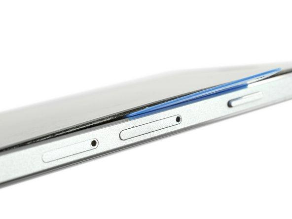 Quando la colla è sufficientemente morbida sul lato, puoi sollevare leggermente lo schermo per inserire un plettro di apertura sotto lo schermo.
