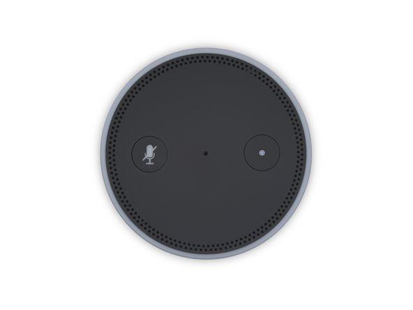 Auf der Oberseite sieht der Dot genauso aus wie sein älterer Bruder, der Echo, mit seinen Aktions- und Mikrofonstummschaltern, dem Lichtring, dem Lautstärkering und dem Mikrofonarray.