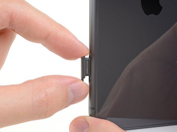 Retirez le tiroir de carte SIM de l'iPhone.
