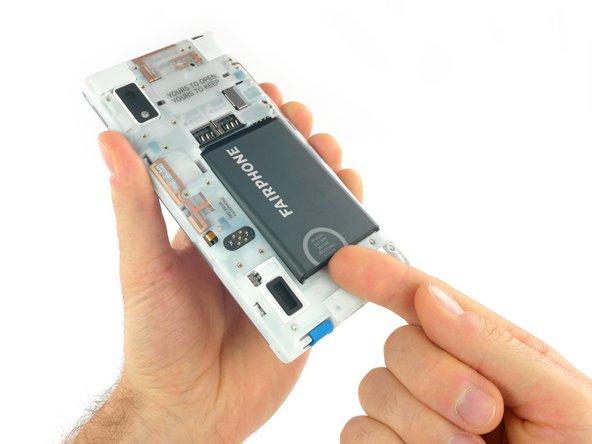 Poussez la batterie vers le haut du smartphone.