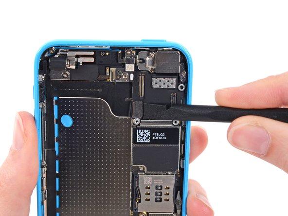 Trenne mit dem flachen Ende eines Spudgers den Kabelstecker der Audiosteuerung von seiner Fassung auf dem Logic Board.