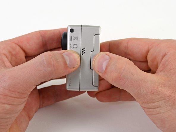 GoProのサイド上にある溝に指を載せます。
