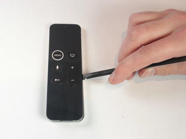 Benutze einen Spudger, um die Vorderseite der Fernbedienung vorsichtig anzuheben. Fange unten an und arbeite dich vorsichtig nach oben durch.