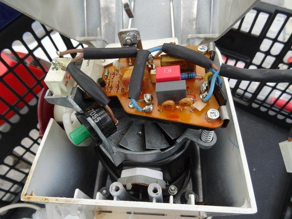 Alles fertig zum Schließen. Der Ein/Ausschalter ist verlötet, die Regulierschrauben eingedreht. Die Platine ist mit beiden Schrauben am Träger befestigt.