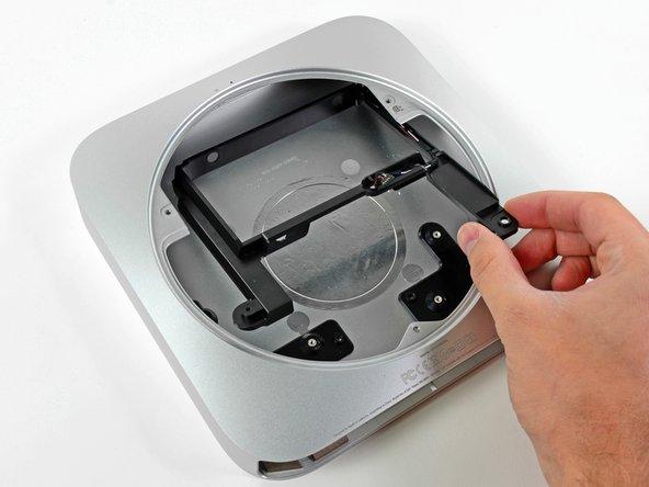 Rimuovi il vassoio del disco rigido dalla copertura esterna.