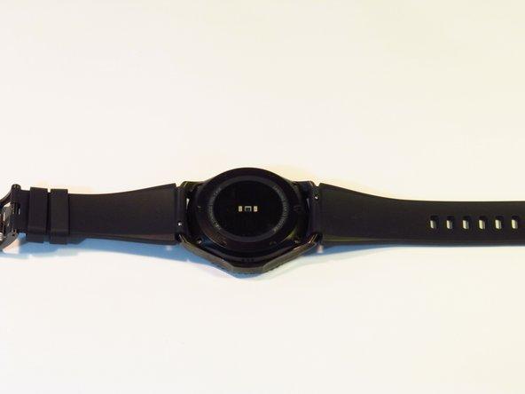 Coloca el reloj al revés, de forma que puedas ver la tapa trasera.