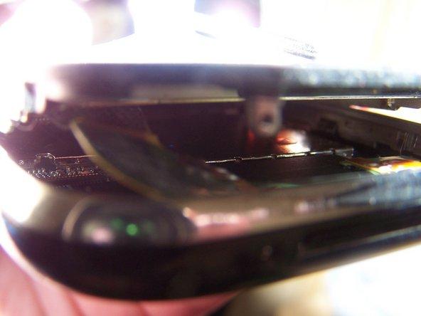Un dommage causé par un liquide peut compliquer le démontage du téléphone. Faites particulièrement attention aux câbles et aux connecteurs qui peuvent adhérer à d'autres composants de manière inattendue.