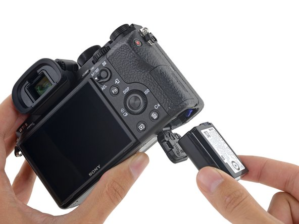 We find the same NP-FW50 7.2 V, 1020 mAh swappable battery pack as the original a7R and the rest of the Sony Alpha lineup—good news for anyone building a fleet of flagship mirrorless cams.