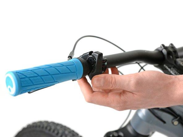 Bevor du mit dem Ausbau der Luftfeder beginnst, solltest du einmal den Shapeshifterhebel am Lenker bedienen und sicher gehen, dass sich dein Fahrrad im XC Modus befindet.
