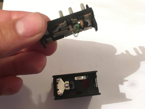 finalmente tomamos el panel de contacto y lo colocamos en el cuerpo de switch, hacemos presión hasta que haga clic! Tener precaución de colocar las piezas de manera que el orificio para la ampolleta queden alineados.