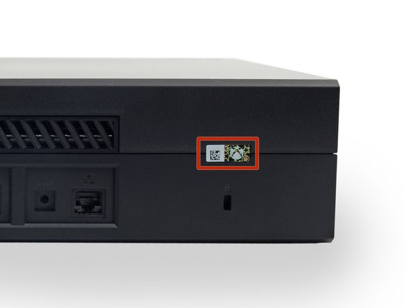 Xboxを開口するためにはこの不正開封防止 (タンパーエビデント)テープを剥がさなければなりません。心配いりません。何も破損しない限り、法的にMicrosoftは保証期間内のデバイスを保証対象外とすることはできません。