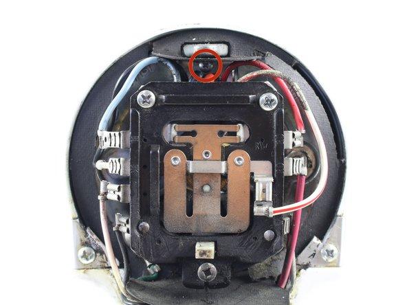 Drehe die 9,5 mm Kreuzschlitzschraube #1 heraus,  mit der die Leiterplatte befestigt ist.