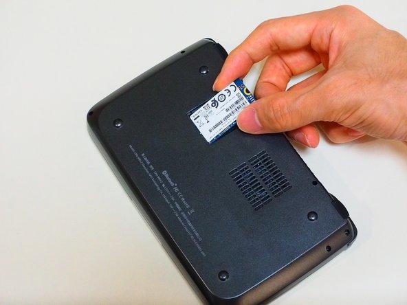 裏面にSSDの蓋はねじで止まっているので、これを外すとSSDにアクセスできます