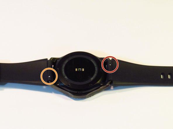 Coloca el reloj con el cristal hacia abajo, de forma que veas la parte trasera del reloj.