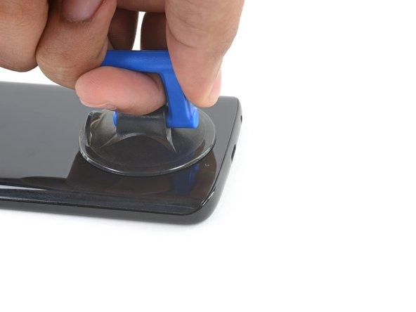 Bringe den Saugheber am unteren Ende der Glas-Rückabdeckung an.