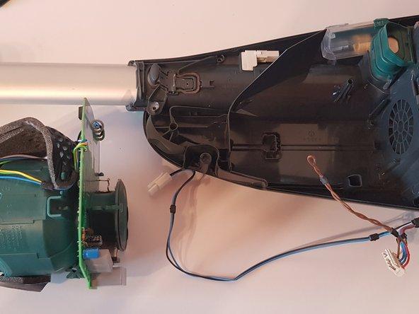 Die Einheit aus Motor und Hauptplatine aus dem Gehäuse entnehmen.