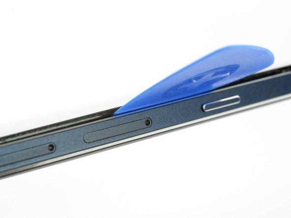 Quand la colle est assez ramollie sur le côté, vous pouvez soulever l'écran un peu plus pour aller en dessous de l'écran avec un médiator.