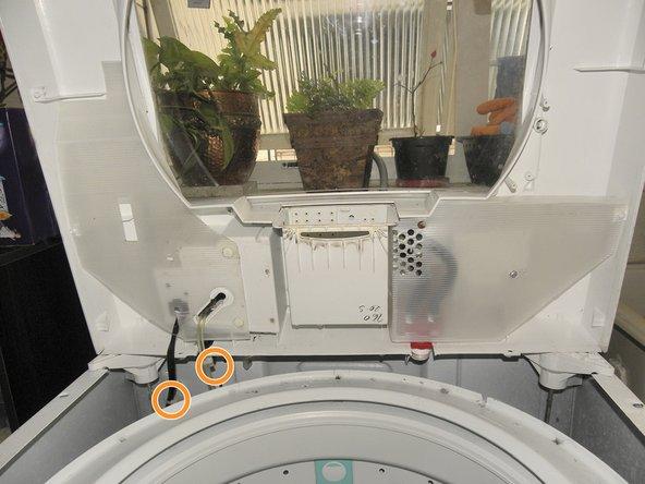 Abra a parte superior da máquina de lavar.  Levante a parte de trás primeiramente. E depois a parte da frente.