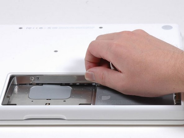 Remplacement du capot de la mémoire du MacBook Core 2 Duo