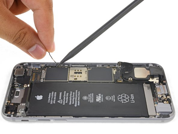Carefully lift the antenna cable and de-route it from the edge of the phone. Use the point of a spudger to help lift the cable to free it from the retaining clips.