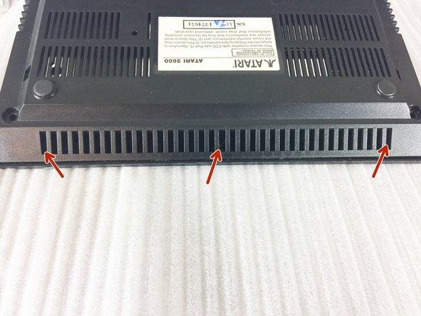 用金属或者加强型的撬棒撬开连接前盖的3个塑料搭扣。