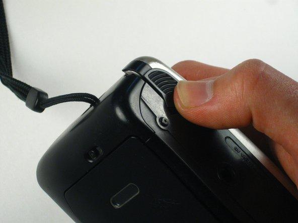 Sul lato inferiore della fotocamera, ci sarà una piccola porta che puoi aprire spingendo verso l'esterno.