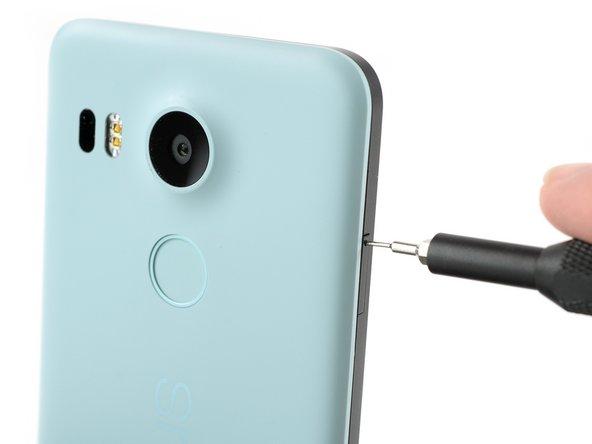 Insérez un outil éjecteur de carte SIM dans le trou du tiroir de carte SIM, qui se trouve sur le bord gauche du téléphone.
