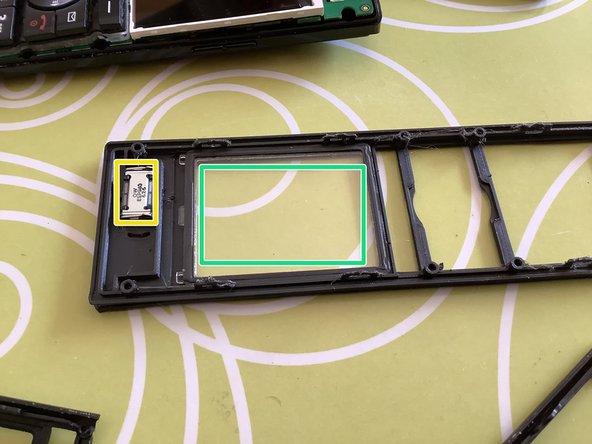 Lautsprecher (gelb) und Displayschutz (grün) sind festgeklebt und können mit einem flachen Schraubendreher leicht herausgehoben werden.