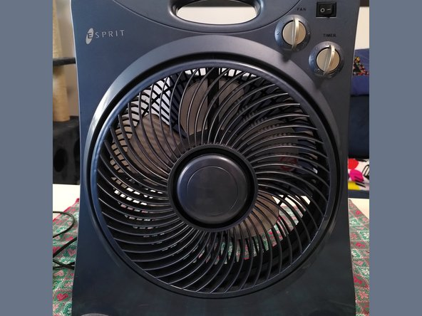 Il ventilatore Esprit è molto simile a diversi modelli di ventilatori da terra. Il fronte è colorato e presenta in alto a destra l'interruttore di accensione e due manopole che regolano velocità della pala e un timer per lo spegnimento automatico.